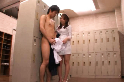 Kokomi Sakura finds a naked student in the locker room