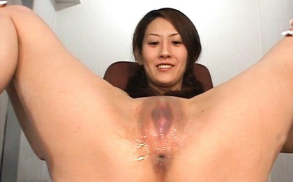 Ueda Misaki Asian sends high the urine from her shaved love box