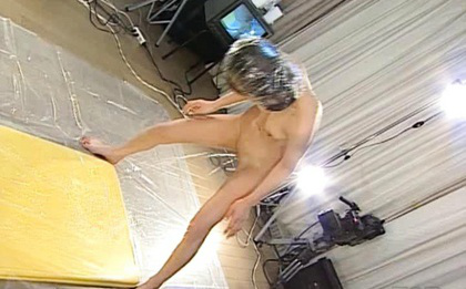 Ueda Misaki Asian all naked sending her hot urine to the floor